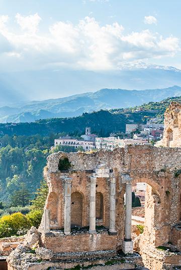 Taormina med vulkanen Etna i bakgrunden